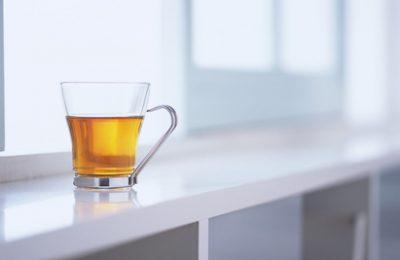Fensterbank mit Tee